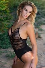 Body string noir dentelle : Body string sensuel au bustier de dentelle transparente et décolleté sexy lacé.