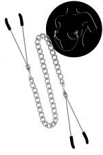 Pinces à seins et chaine argentée : 2 pinces à seins reliées entre elles par une chainette en acier argenté, pour lui procurer de délicieuses sensations.